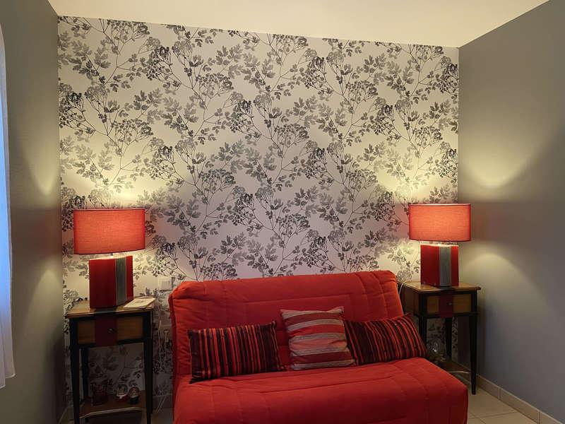 salon rouge , salon gris, papier peint fleur, papier peint noir et blanc