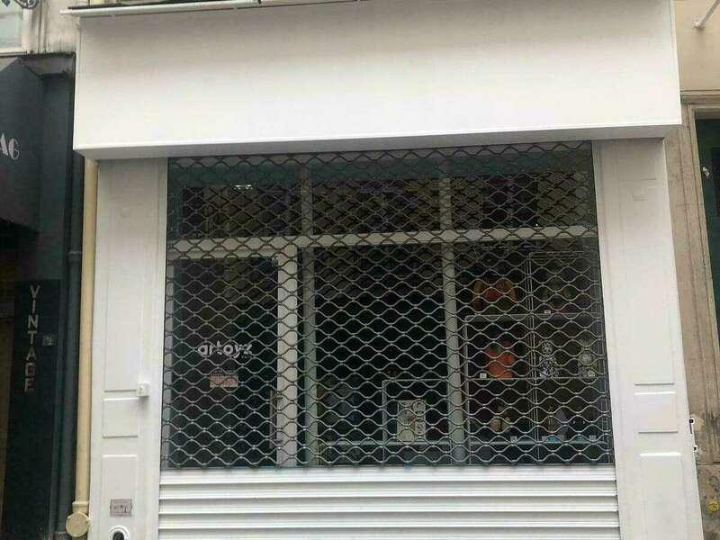 vitrine en bois avec rideau métallique