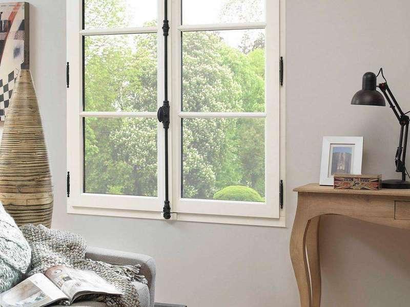 fenetre-bois-atlantem-lasure-9016-blanc-avec-cremone-en-applique20201009-1072960-1q52jhz