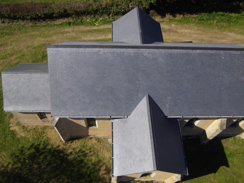 Vue de dessus de la toiture de la même église refaite à neuf.