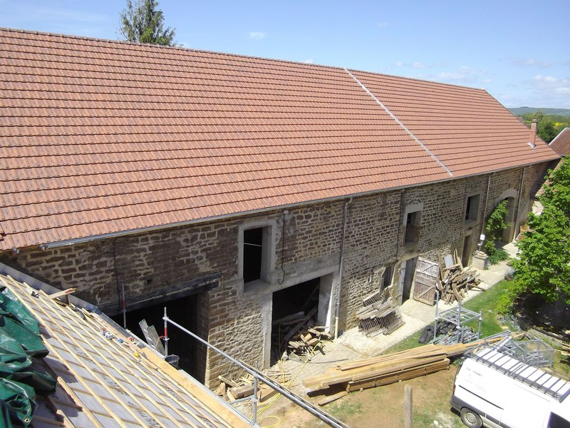 Corps de ferme couvert en tuile mécanique Losangée Sainte Foy rouge nuancé.