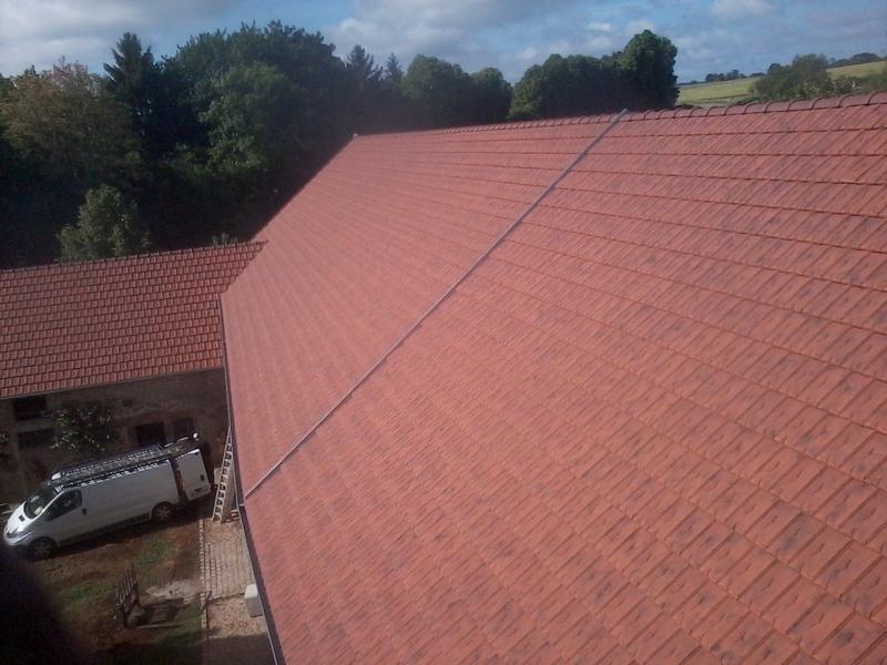 Autre vue du corps de ferme avec la toiture de l'écurie en pénétration.