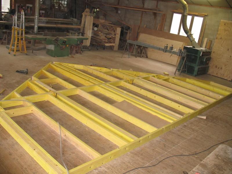 Montage des murs à l'atelier, composés de montants et lisses en épicéa traité et calibré.