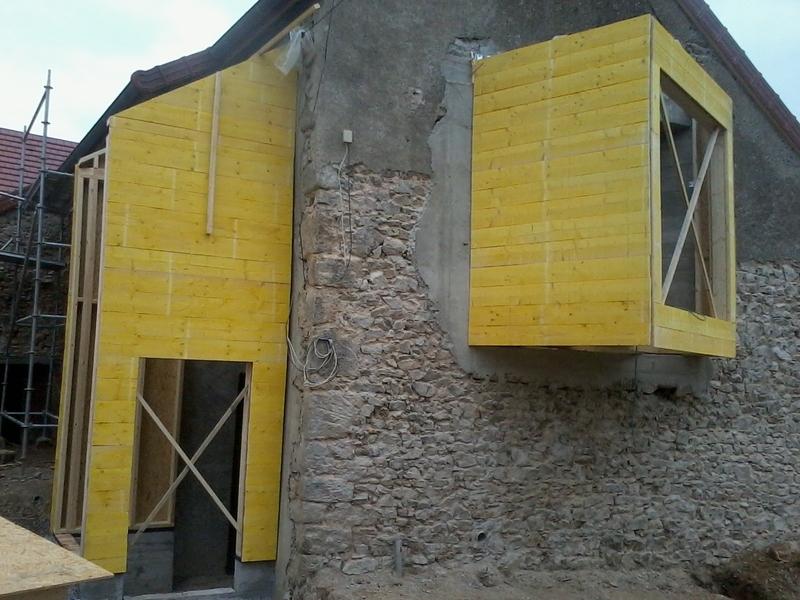 Deux extensions modernes sur une ancienne habitation avec sas et bow window.