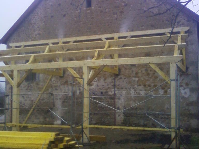 Appenti monopente sur poteaux en sapin du Jura traité.