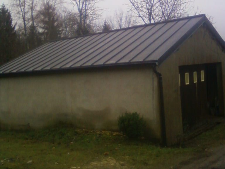 Garage couvert en joint debout zinc anthracite.