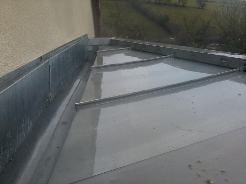 Détail d'un toit de bow window en zinc.