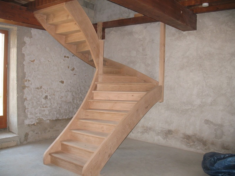 Escalier balancé à deux quarts tournants en chêne.