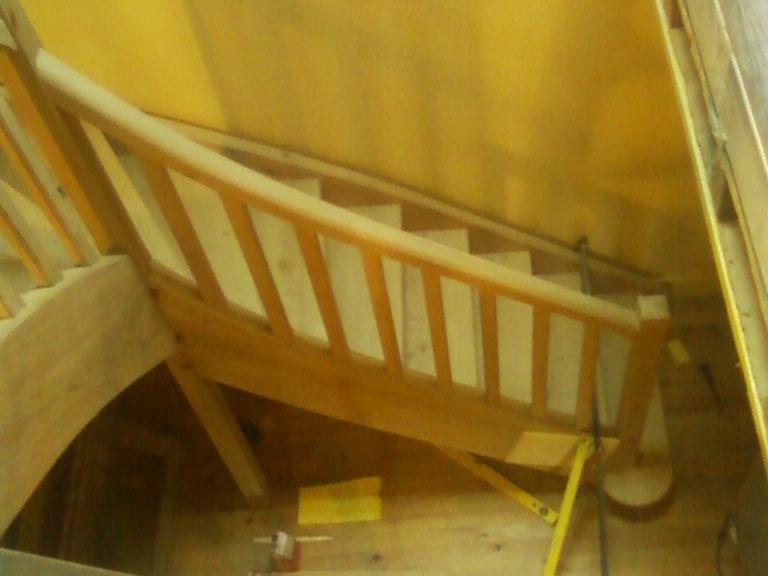 Première volée de l'escalier à un quart tournant.