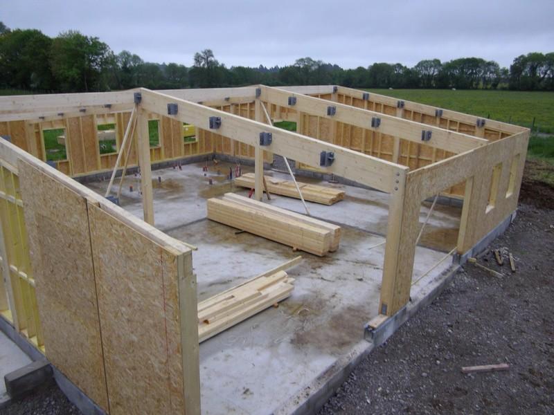 Portiques en lamellé-collé et murs en ossature bois pour une école maternelle.