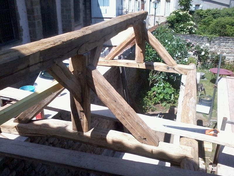 Création d'une charpente deux pans en vieux bois pour un abri bois.