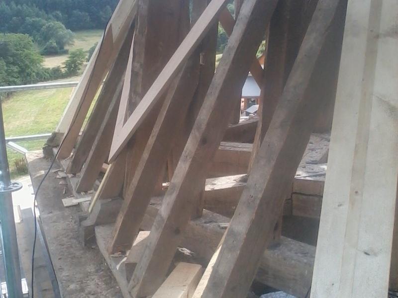 Remplacement des arêtiers sur la base d'un clocher.