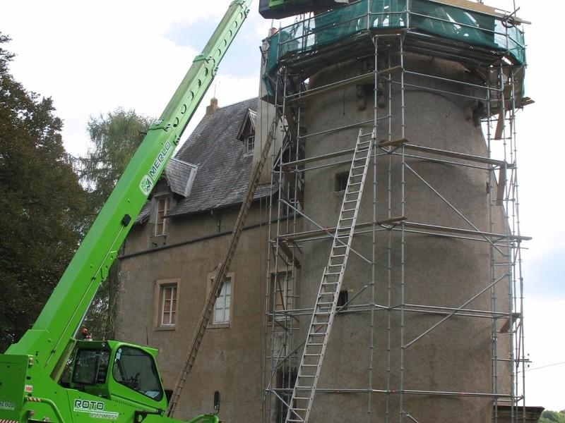 Tour ronde d'un château pendant travaux.