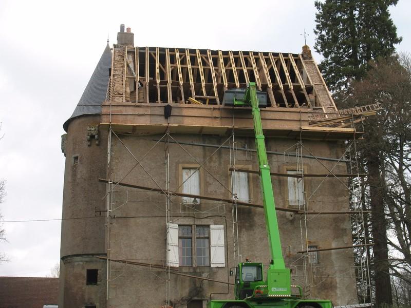 Rénovation des pans de toiture du même château quelques mois plus tard.