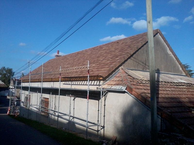 Maison couverte en Arboise coloris Chevreuse durant travaux.