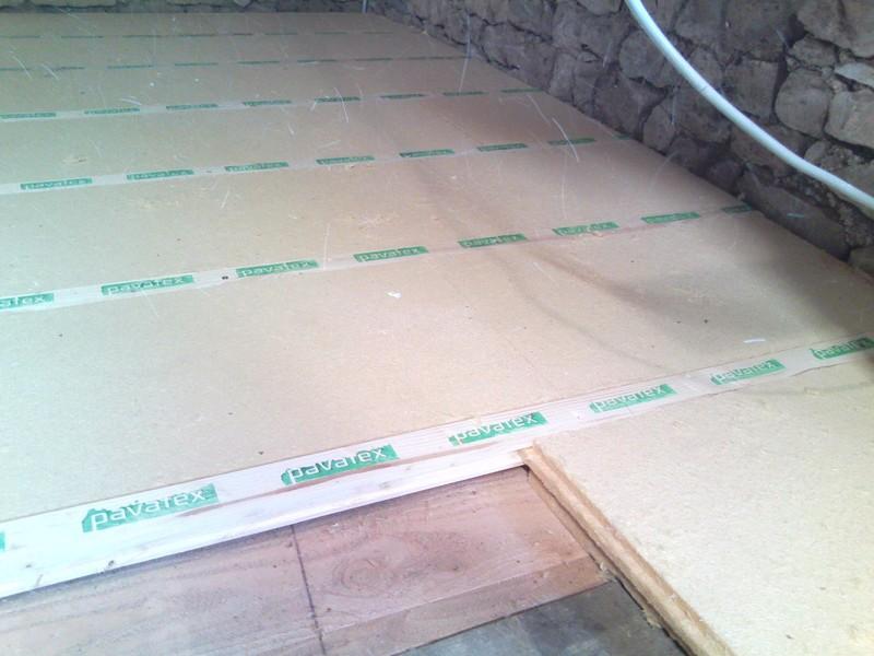 Pose d'un isolant phonique de plancher en fibre de bois.