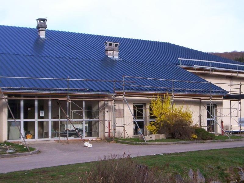 Couverture en bac acier couleur ardoise pour une station de traitement des eaux.