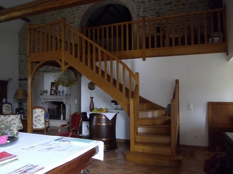 Escalier un quart tournant au départ avec mezzanine en chêne teinté.