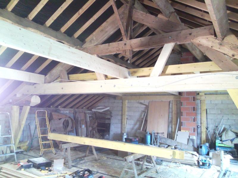 Modification d'une ferme de grenier, réhaussement des entraits et création d'un plancher.