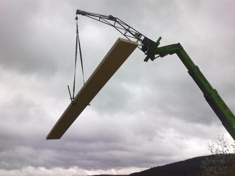 Levage d'un plancher lamellé-collé de section 100/600 mm.