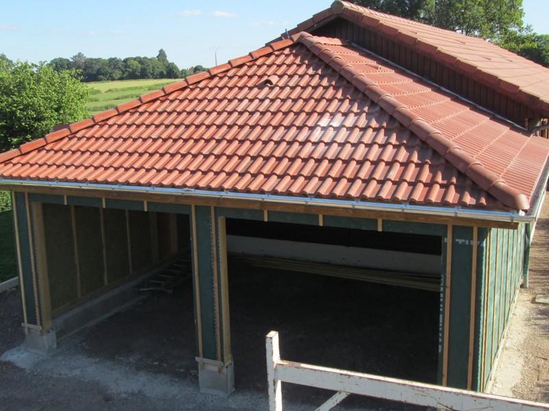 Garage neuf couvert en tuile béton double Romane.