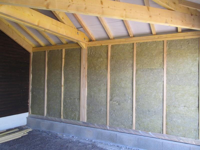 Isolation de murs à ossature bois avec laine de roche de 140 mm.
