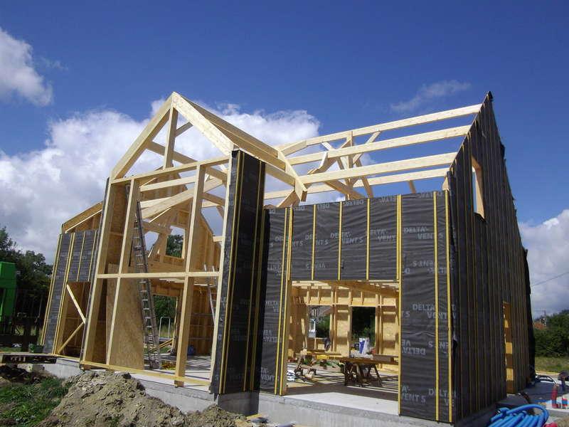 Charpente apparente en sapin raboté et lamellé-collé sur maison en ossature bois. Pendant les travaux...