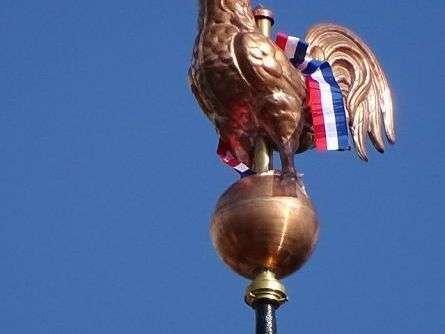 Nouveau coq en cuivre au sommet du clocher.