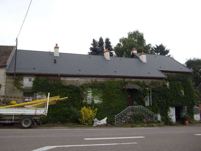 Habitation rénovée avec tuile mécanique petit moule Arboise coloris ardoisé.