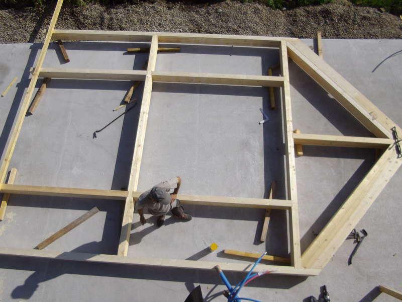 Ferme pour pignon vitré assemblée au sol avant mise en place.