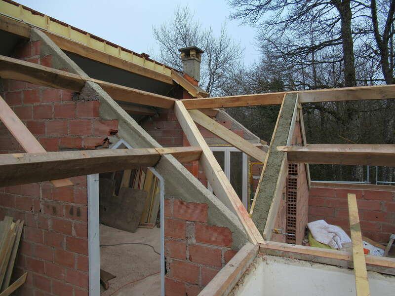 Modification de charpente et maçonnerie avant pose des panneaux isolants.