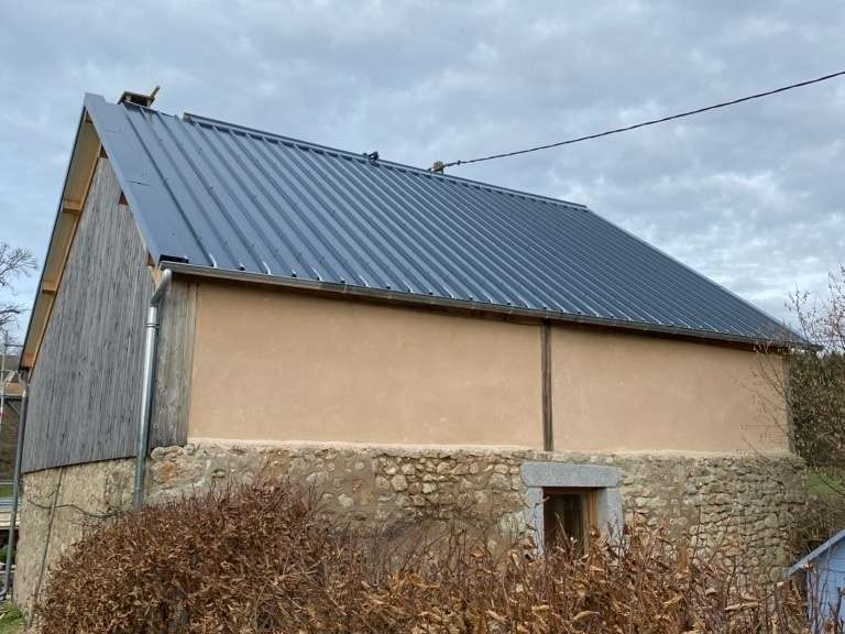 Pavillon en bac acier couleur ardoise.