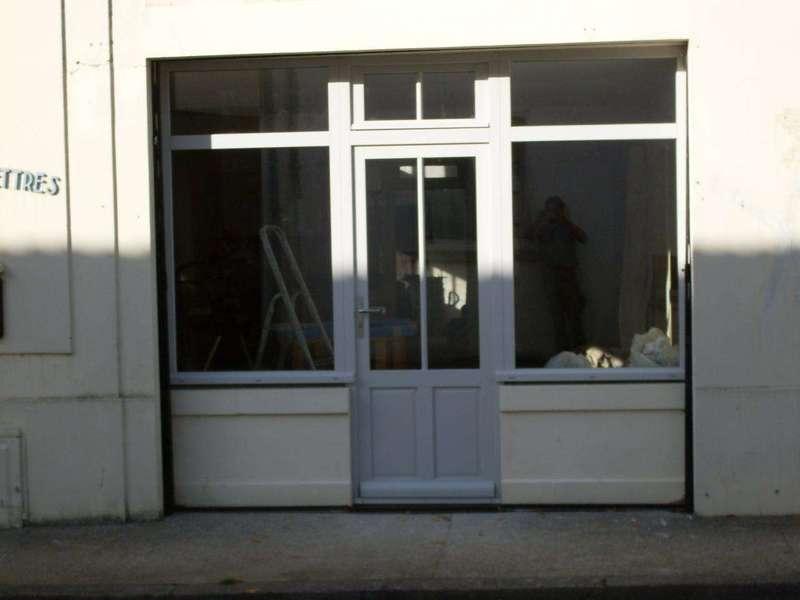 """Porte vitrée en bois peint (mélèze) 1 porte un vantail, au dessus, un chassis à ouverture à soufflet, de chaque coté, un chassis fixe, évoquant le principe """"atelier"""""""