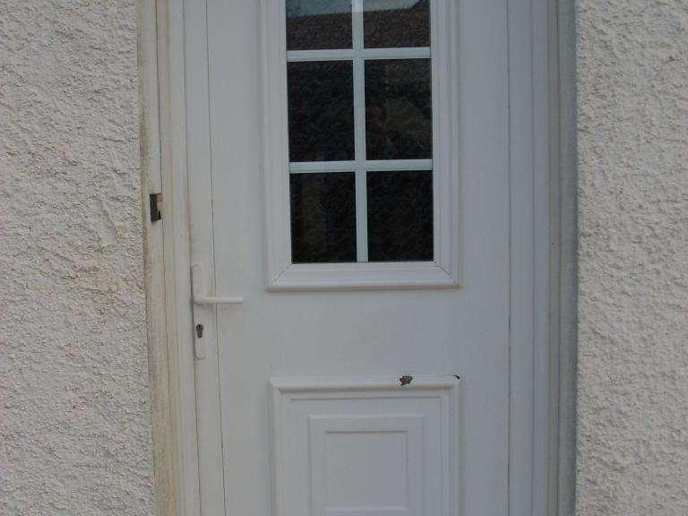Porte d'entrée en PVC à remplacer Porte d'entrée qui a été perforée par des grêlons