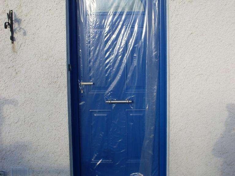 Porte d'entrée remplacée par une porte en aluminium Porte posée en conservant le cadre intérieur de l'ancienne porte. Ainsi, il n'a pas été nécessaire de refaire la décoration intérieure.