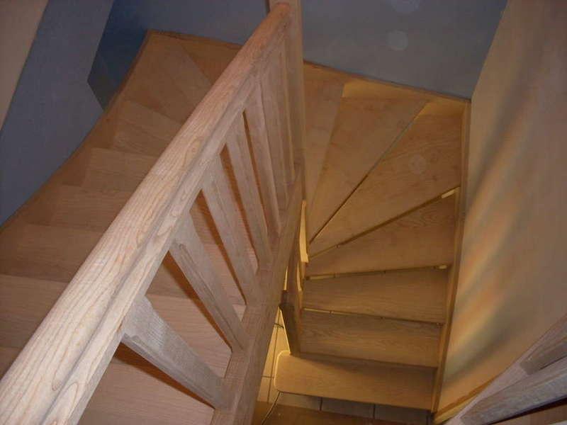 Escalier 2/4 tournants en Frêne huilé S'insérant entre 3 cloisons