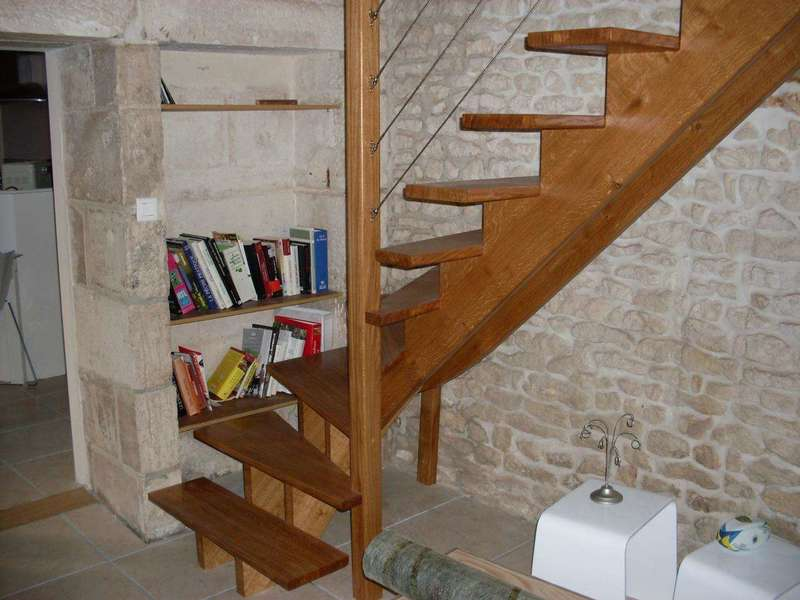 Escalier en chêne sur 2 limons centraux association de bois et de filins inox pour la rampe de l'escalier