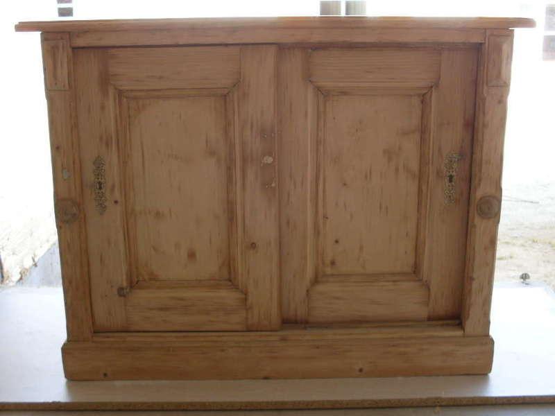 Vieux meuble bas avec portes coulissantes Un client m'a apporté ce vieux meuble afin que j'y rajoute un élément haut avec une crédence