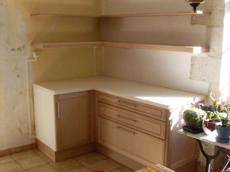 Extension d'une cuisine En vis à vis, une cuisine a été installée, il y a 15 ans environ. Ces éléments d'angle et leurs étagères ouvertes apportent du rangement en plus. Les façades et les étagères sont en chêne massif.