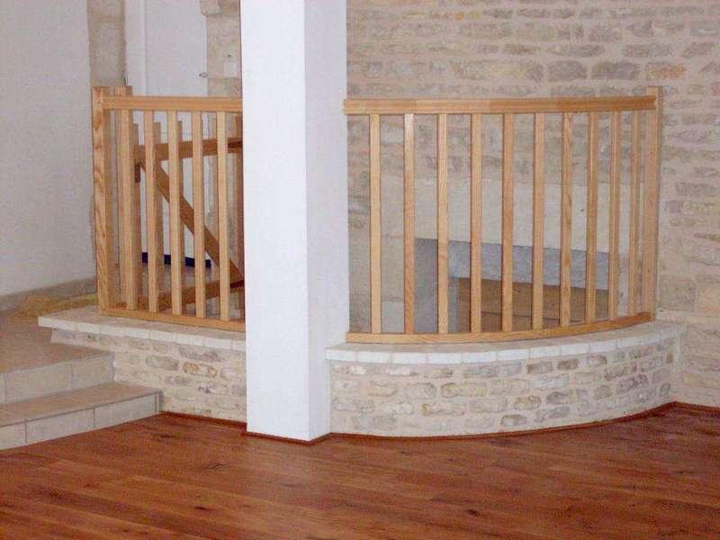 Garde de corps en frêne, installé sur sa margelle d'escalier. Pour sécuriser l'escalier en pierre decendant dans la cave. Parquet en chêne massif fabriqué par une scierie locale