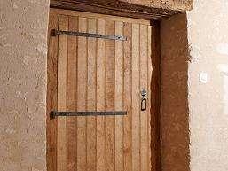 Porte de buanderie en frêne fourni par le client Porte terminée et finie à l'huile dure, pentures vieillies