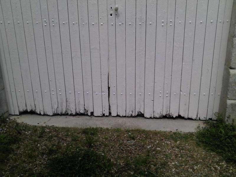 Un bas de porte pourri Le bas est pourri, le reste est en bon état