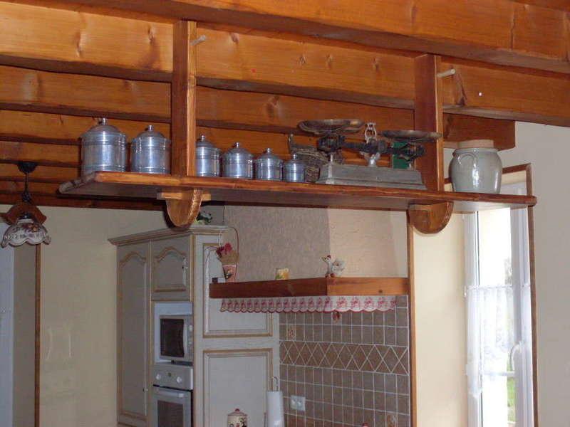 Etagère périgourdine Une étagère au dessus d'un passe plat, séparant le séjour de la cuisine