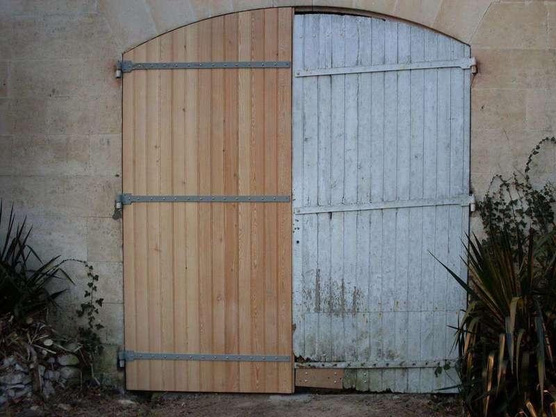 Une porte de grange trop abimée Le bas est pourri et la porte est déformée(à comparer avec le vantail neuf)