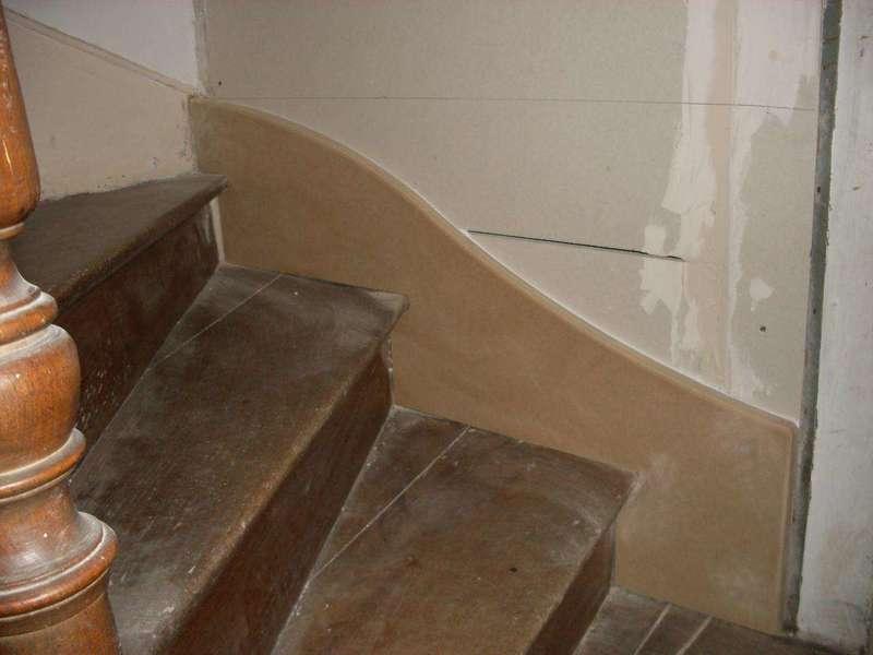 Plinthe d'escalier en médium Ajustage d'une plinthe en médium sur un escalier balancé