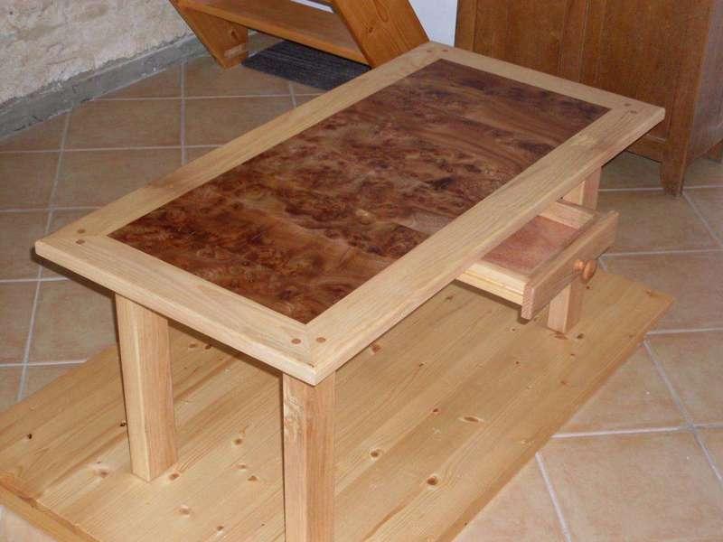 Table de salon 100% massif, orme et frêne Plateau en loupe d'orme. Tiroir pour télécommandes