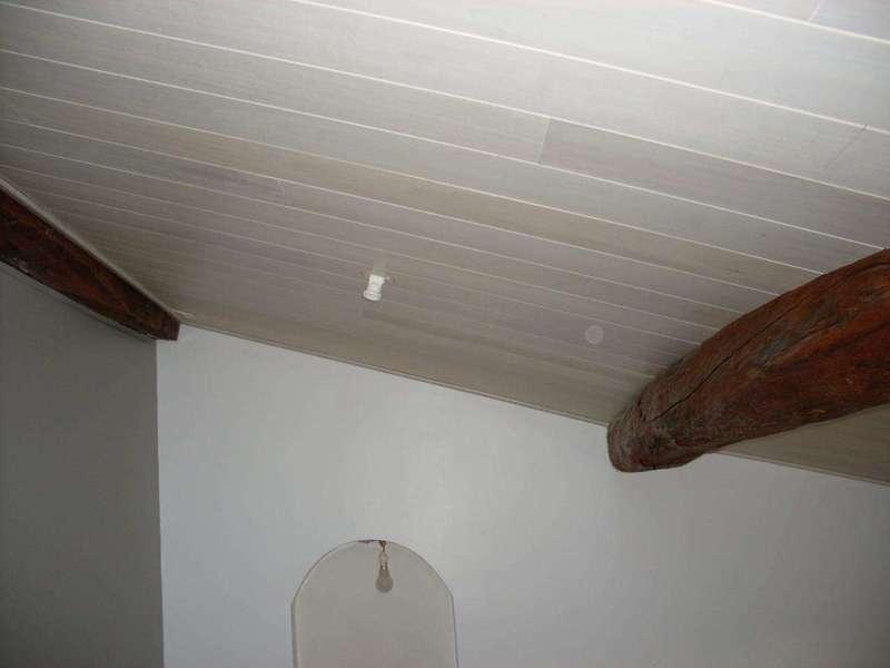 Plafond rampant en lambris peuplier blanchi Lambris acheté en circuit court et blanchi avec une huile dure pigmentée