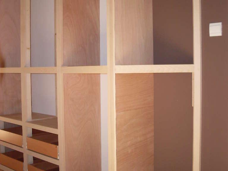 Structure d'un placard: Contreplaqué et hêtre Avec pan coupé à 45°, à cause de la fenêtre juste à coté