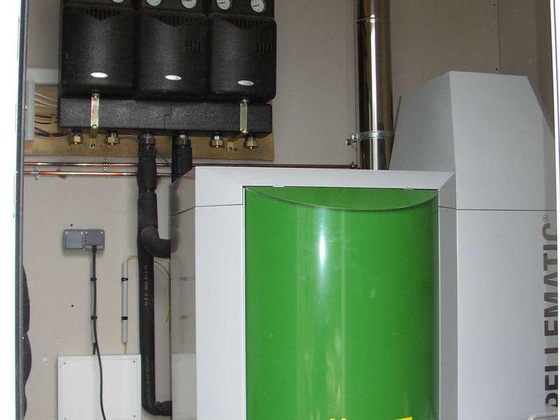ARBONNE, février 2011. Dans cette rénovation, nous avons installés une chaudière OKOFEN de 15 KW avec un silo enterré et un chauffe-eau solaire.