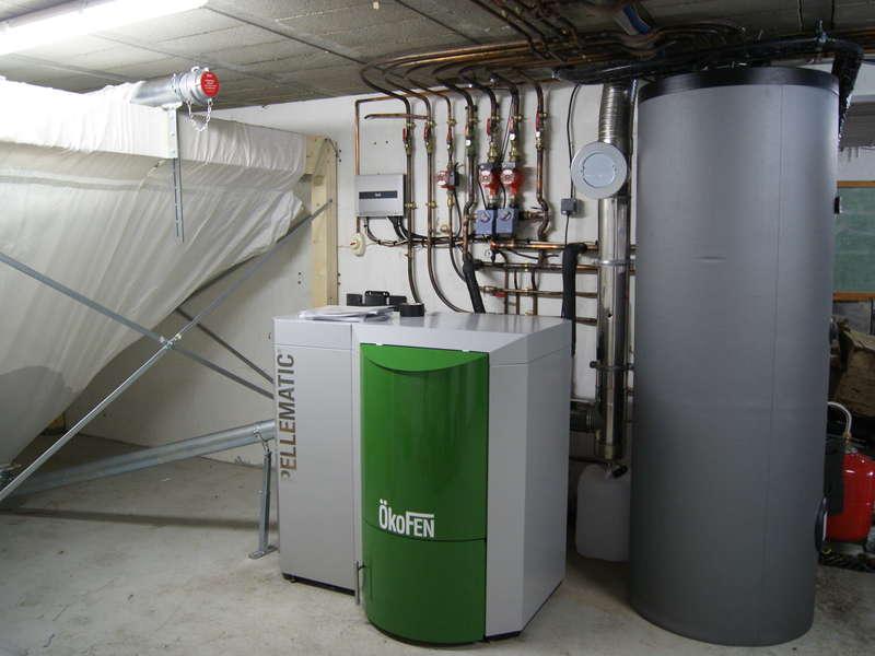 VILLEFRANQUE, juin 2014. Remplacement de la chaudière propane par une chaudière OKOFEN de 15 KW et un chauffe-eau solaire.